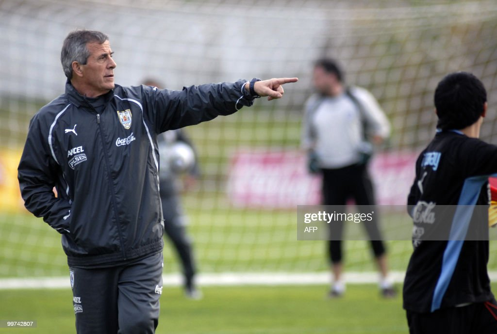 Uruguay's football team coach Oscar Washington Tabarez (C) gives instructions to his players during a training session with a view to the upcoming FIFA World Cup South Africa 2010, on May 17, 2010 in Montevideo. AFP PHOTO/Angel SARAVIA URUGUAY OUT