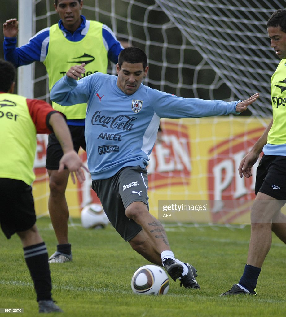 Uruguay's footballer Maximiliano Pereira takes control of the ball during a training session with a view to the upcoming FIFA World Cup South Africa 2010, on May 17, 2010 in Montevideo. AFP PHOTO/Angel SARAVIA URUGUAY OUT