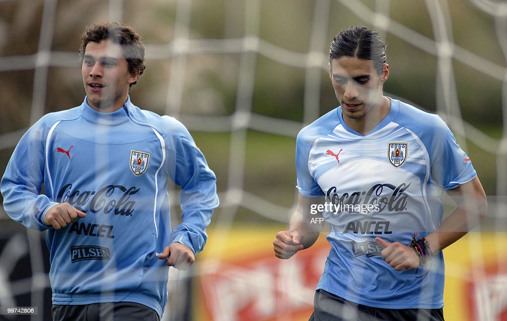 Uruguay's footballers Martin Caceres (R) and Sebastian Fernandez jog during a training session with a view to the upcoming FIFA World Cup South Africa 2010, on May 17, 2010 in Montevideo. AFP PHOTO/Angel SARAVIA URUGUAY OUT