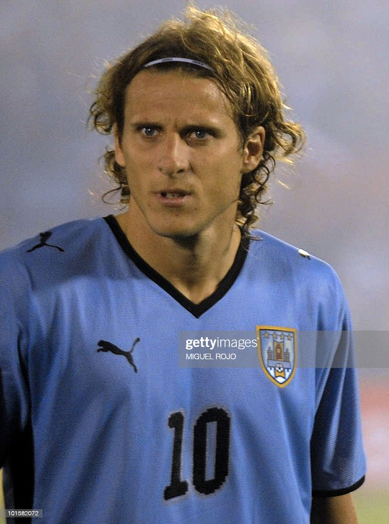 Uruguay's forward Diego Forlan before the FIFA World Cup South Africa 2010 qualifier second play-off football match against Costa Rica at Centenario Stadium in Montevideo on November 18, 2009. AFP PHOTO / Miguel ROJO