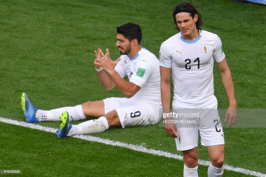 TOPSHOT - Uruguay's forward Luis Suarez (L) and Uruguay's forward Edinson Cavani (R) react after Uruguay's forward Luis Suarez missed a chance during the Russia 2018 World Cup Group A football match between Egypt and Uruguay at the Ekaterinburg Arena in Ekaterinburg on June 15, 2018. (Photo by HECTOR RETAMAL / AFP) / RESTRICTED