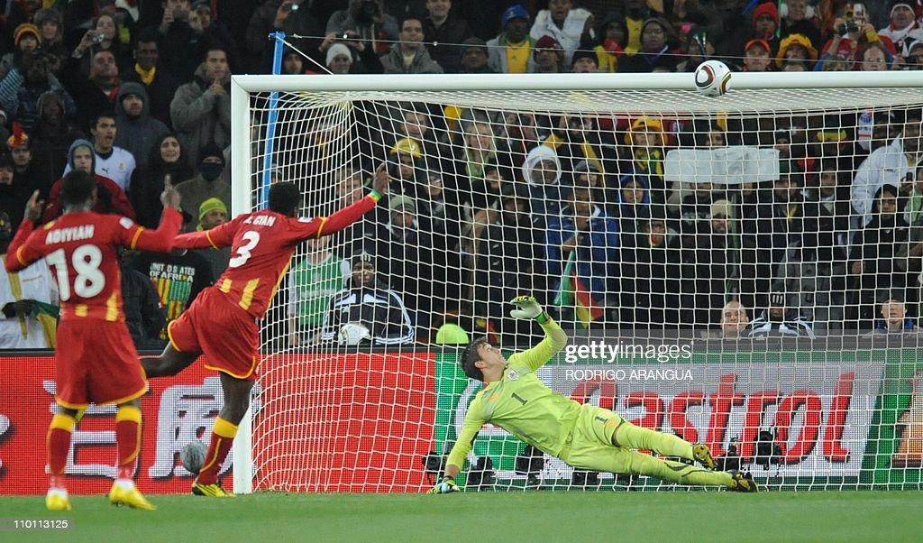 Uruguay's goalkeeper Fernando Muslera (R : News Photo