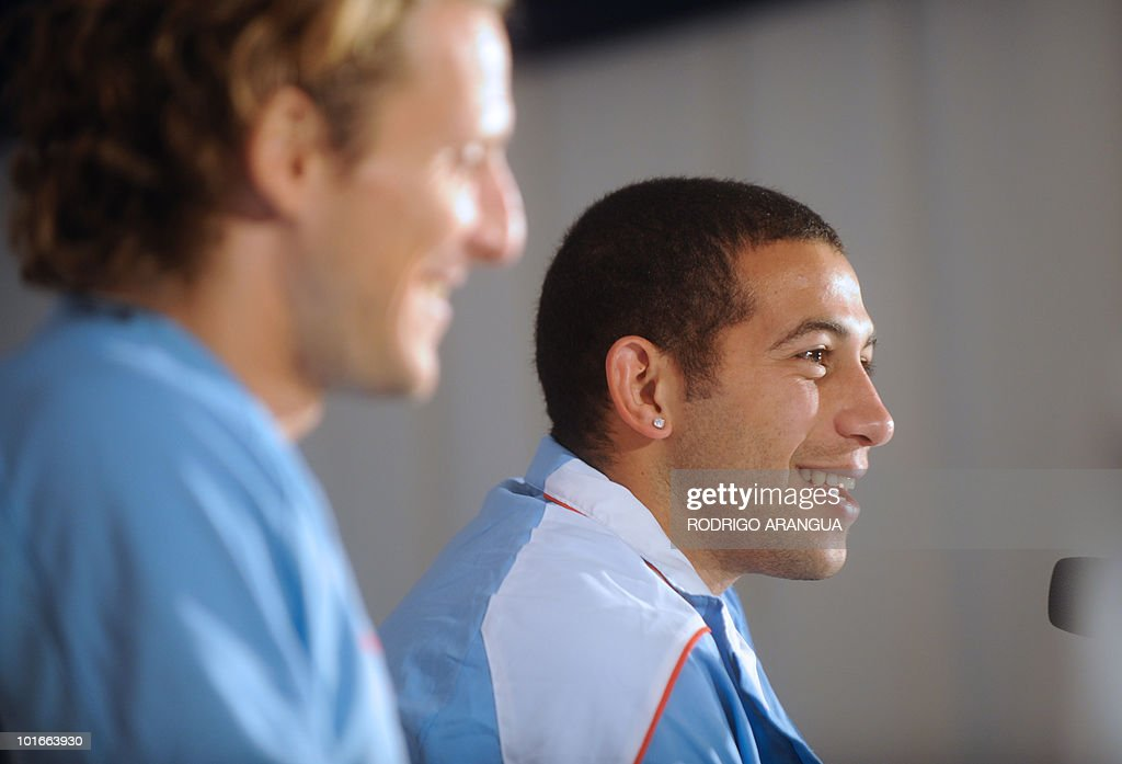 Uruguay's midfielder Walter Gargano (R) and striker Diego Forlan smile during a press conference in Kimberley on June 6, 2010 ahead of the start of the 2010 World Cup football tournament in South Africa. AFP PHOTO/ Rodrigo ARANGUA
