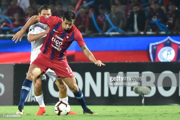 Uruguay´s Nacional Joaquin Arzura vies for the ball with Paraguay's Cerro Porteno Victor Caceres during their Copa Libertadores football match at...