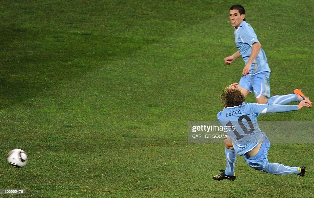 Uruguay's striker Diego Forlan (L) shoot : News Photo
