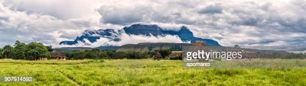 campamento uruyén indigeous el auyan tepui, la gran sabana, venezuela - paisajes de venezuela fotografías e imágenes de stock