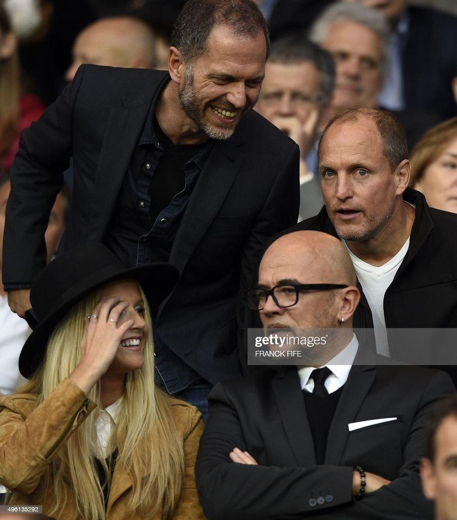 Us actor Woody Harrelson (R), French singer Pascal Obispo (Bottom R) and Obispo's wife Julie Hantson (Bottom L) attend the French L1 football match Paris Saint-Germain (PSG) vs Toulouse on November 7, 2015 at the Parc des Princes stadium in Paris. AFP PHOTO / FRANCK FIFE