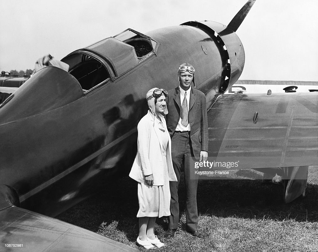 Usa, Charles A Lindbergh And His Wife Standing By Their Plane In August 1930 : News Photo