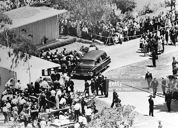 Usa Crowd Attending The Funeral Of Marilyn Monroe August 14Th 1962
