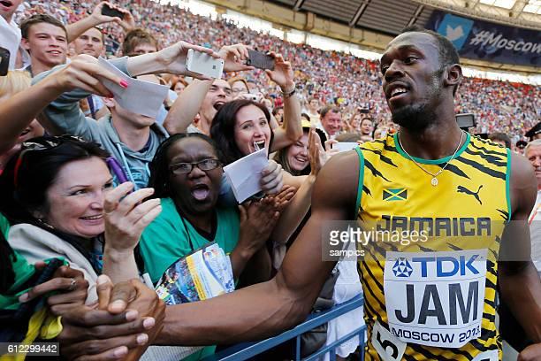 Usain Bolt JAM mit Fans nimmt ein Bad in der Menge Leichtathletik WM Weltmeisterschaft Moskau 2013 IAAF World Championships athletics moscow 2013...