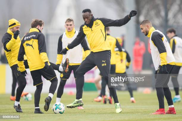 Usain Bolt warms up with Mario Gotze of Borussia Dortmund and players during a training of Borussia Dortmund on March 23 2018 in Dortmund Germany