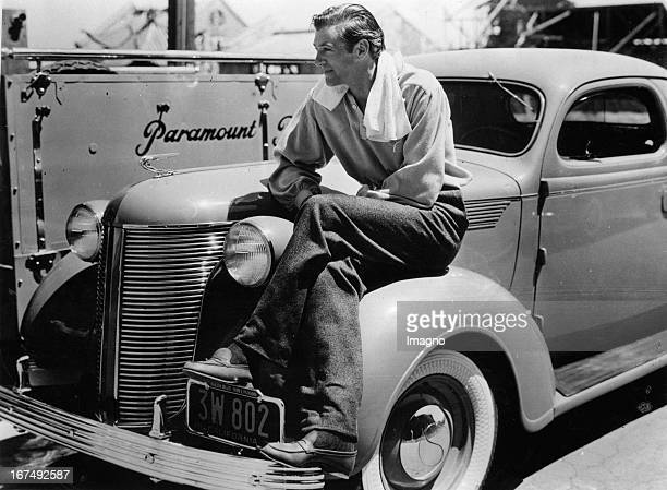 American actor Gary Cooper with his new Chrysler. Paramount studios. Hollywood. 1937. Photograph. Der US-amerikanische Schauspieler Gary Cooper mit...