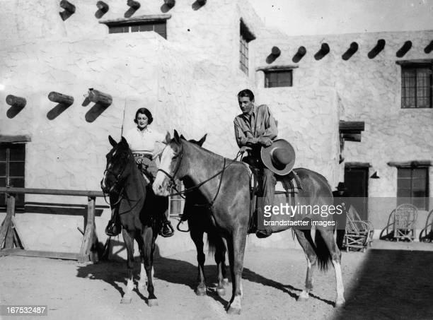 USamerican actor Gary Cooper with his wife Sandra Shaw in Phoenix/Arizona January 5th 1934 Photograph Der USamerikanische Schauspieler Gary Cooper...