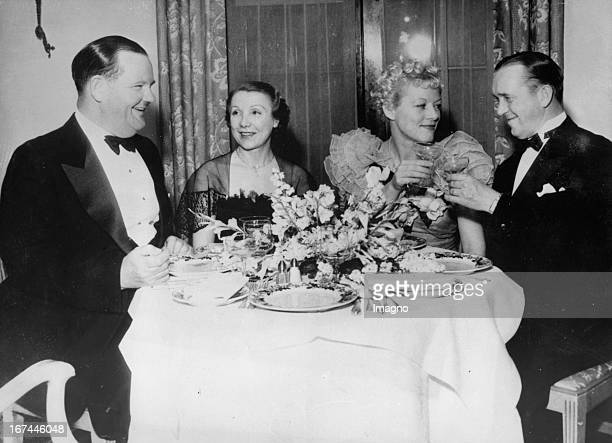USamerican actors Stan Laurel and Oliver Hardy with their wives at a reconciliation meeting About 1935 Photograph Die USamerikanischen Schauspieler...