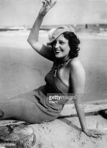 USamerican actress Jeranette MacDonald at the Atlantica Beach Club at Long Beach August 12th 1933 Photograph Die USamerikanische Schauspielerin...