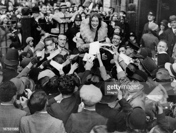 USamerican actress Jeranette MacDonald with fans when she leaves Dominion Theatre in London October 5th 1931 Photograph Die USamerikanische...