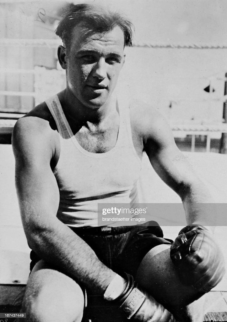 US-american boxer and world heavyweight champion of 1932-1933 Jack Sharkey (1902-1994) in a training break. About 1930. Photograph. (Photo by Imagno/Getty Images) Der US-amerikanische Boxer und Weltmeister im Schwergewicht von 19321933 Jack Sharkey (19021994) in einer Trainingspause. Um 1930. Photographie.