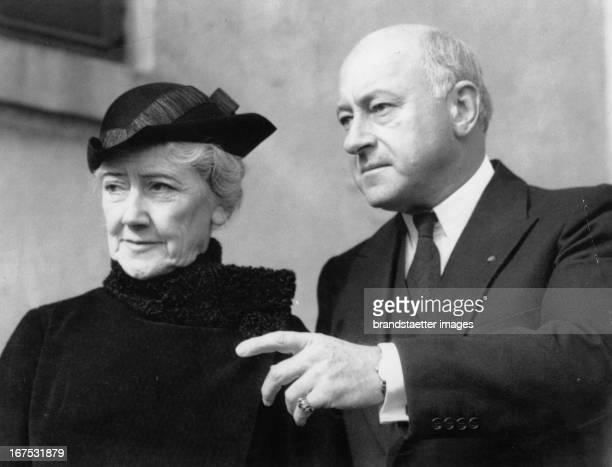 USamerican director and producer Cecil Blount DeMille with his wife October 16th 1934 Photograph Der USamerikanische Regisseur und Produzent Cecil...