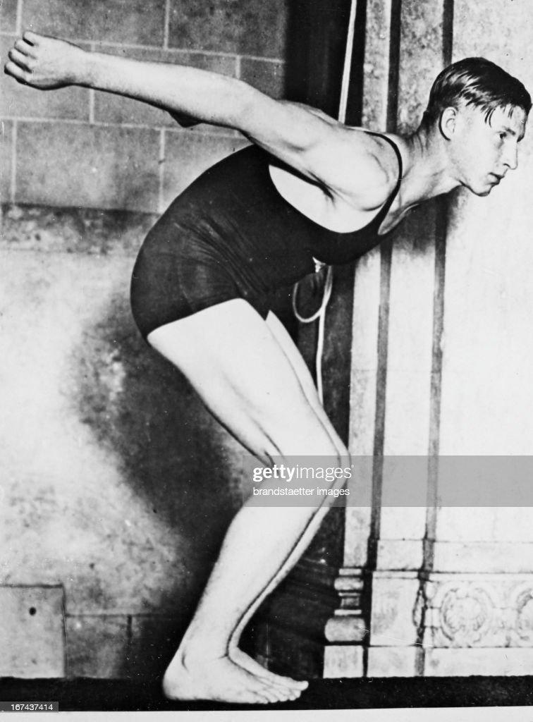 US-american swimmer and actor Clarence Crabbe (1908-1983). About 1930. Photograph. (Photo by Imagno/Getty Images) Der US-amerikanische Schwimmer und Schauspieler Clarence Crabbe (19081983). Um 1930. Photographie.