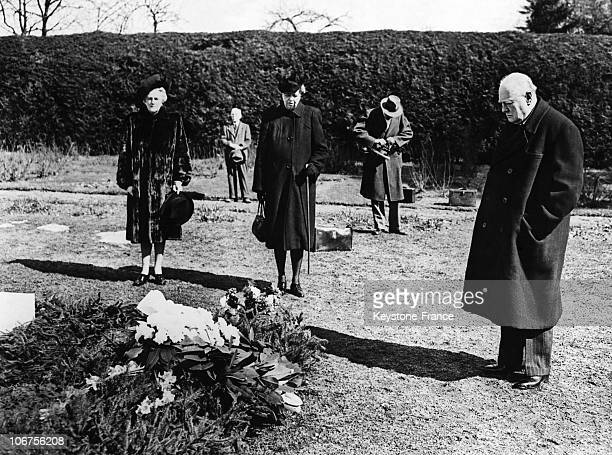 UsaNew York State Hyde Park Winston Churchill Paying Silent Homage To Franklin Delano Roosevelt March 1946