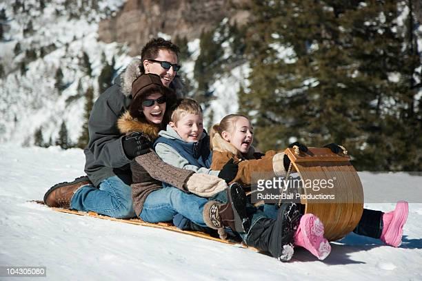 états-unis, dans l'utah, big cottonwood canyon, toboggan en famille dans les montagnes - wintersport photos et images de collection