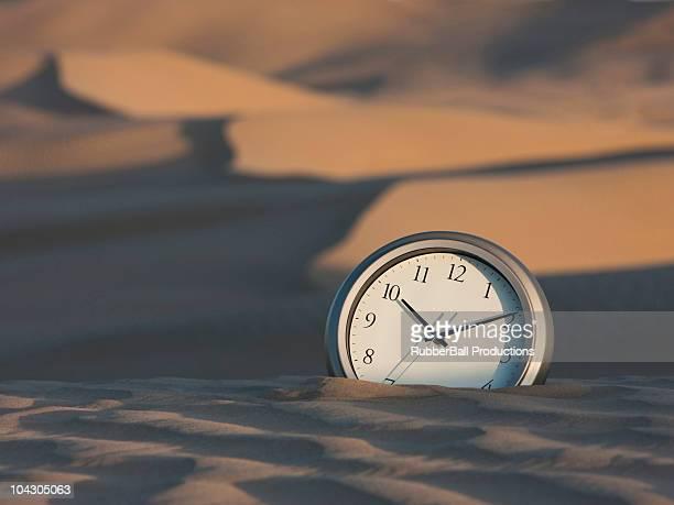 USA, Utah, poco Sahara, reloj semienterrada en el desierto de arena