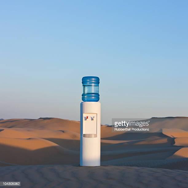 eua, utah, pouco saara, solitário dispensador de água no deserto - água purificada imagens e fotografias de stock