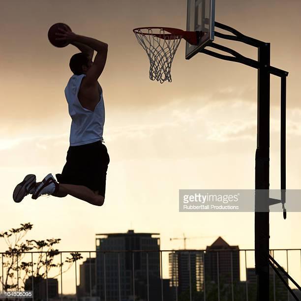 Basketball Spieler Slam Dunks. Ball