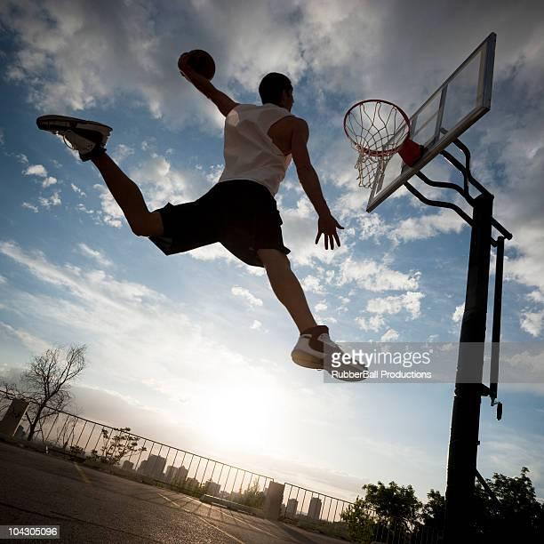 USA, Utah und Salt Lake City, Basketball Spieler slam Dunks. ball