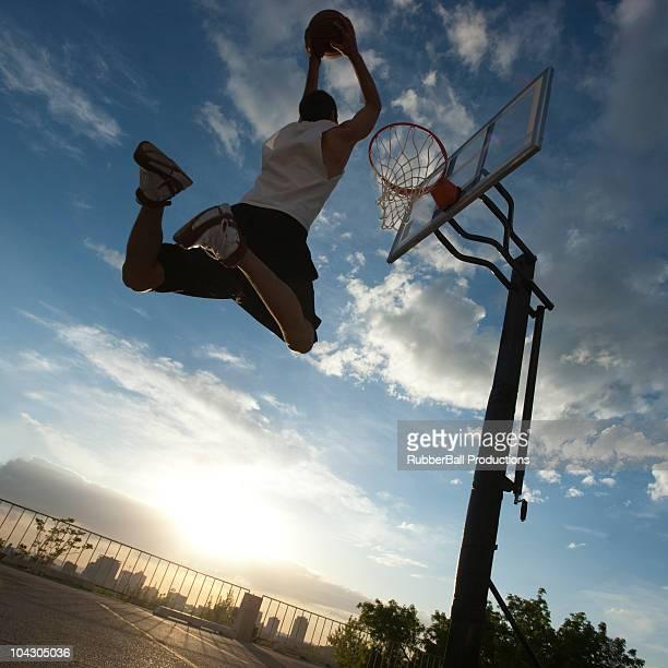 USA, Utah und Salt Lake City, jungen Mannes spielen basketball