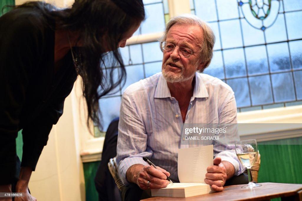 BRITAIN-US-LITERATURE-PEOPLE-CORNWELL : News Photo