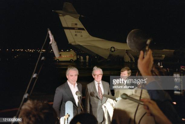 Botschafter Richard Burt begrüßt die befreiten Geiseln nach der Landung auf dem Frankfurter Rhein-Main-Flughafen am 7. September 1986. Vier arabische...
