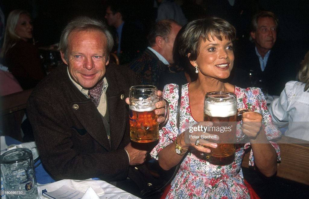 Mass Tisch uschi glas ehemann bernd teewag bayern tracht bierzelt bier
