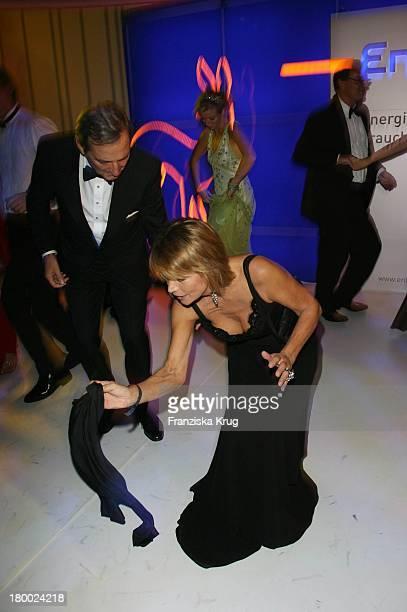 Uschi Glas Mit Ehemann Dieter Hermann Tanzen Bei Der Party Nach Der 58 Bambi Verleihung In Der Mercedes Benz Welt In Stuttgart