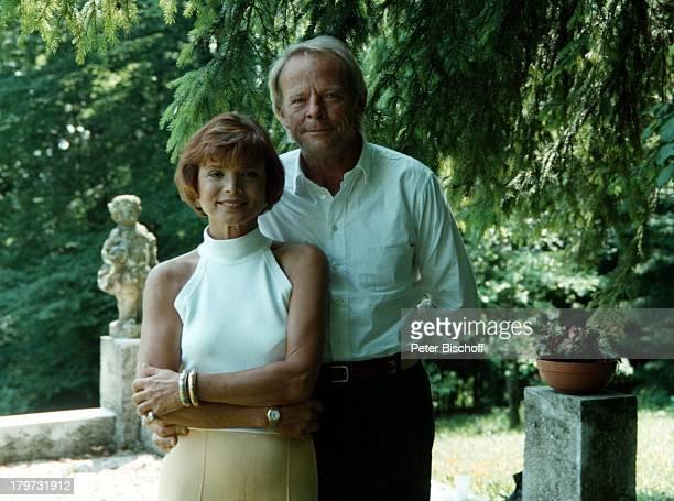 """Uschi Glas mit Ehemann Prof. Bernd Tewaag,;SAT.1 """"Anna-Maria, eine Frau geht ihren Weg"""", """"Villa Langer"""", Garten, Bäume, Paar, Schauspielerin, Promis,..."""