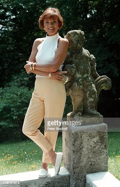 Uschi Glas SAT1 Serie AnnaMaria eine Frau geht ihren Weg Villa Langer Garten Statue Schauspielerin Promis Prominenter Prominente