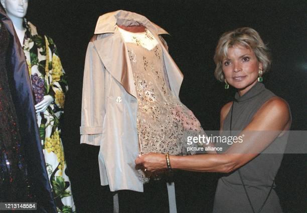 Uschi Glas zeigt ihr Ausstellungsstück - ein Cocktail-Ensemble aus Seidentaft, Spitze und Glasperlen, das sie 1995 zur Bambi-Verleihung trug. Die...