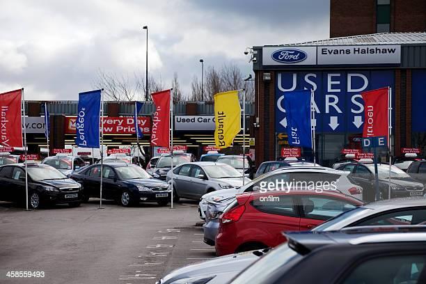 Estacionamiento de coches usados, no los clientes, nubarrones