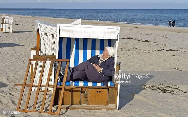 Usedom, Zinnowitz: Seniorin macht ein Schlaefchen in einem der letzten Strandkoerbe an der Ostsee in Zinnowitz.