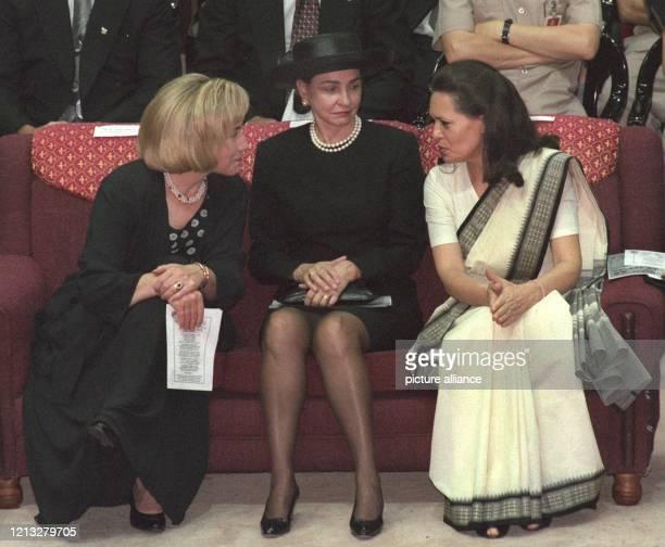 First Lady Hillary Clinton, Kanadas First Lady Aline Chretien und Sonia Gandhi unterhalten sich am 13.9.1997 im Netaji-Indoor-Stadion von Kalkutta...