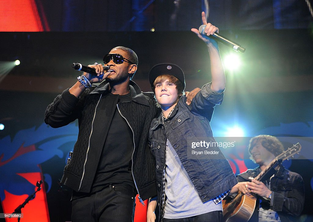 Usher and Justin Bieber perform onstage during Z100's Jingle Ball 2009 at Madison Square Garden on December 11, 2009 in New York City.
