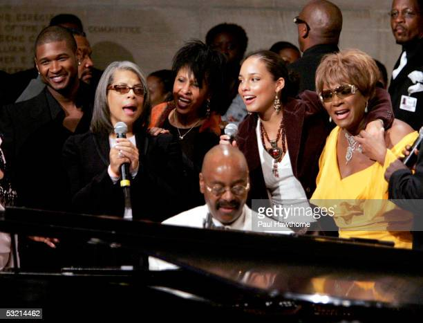 Usher Pattie Austin Nona Hendricks pianist Donnie Harper Alicia Keyes and Patti Labelle perform during the funeral of Luther Vandross at Riverside...