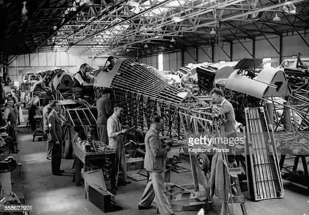 Usine d'assemblage du Hawker Hurricane le premier chasseur monoplan de la Royal Air Force au RoyaumeUni le 20 juillet 1938