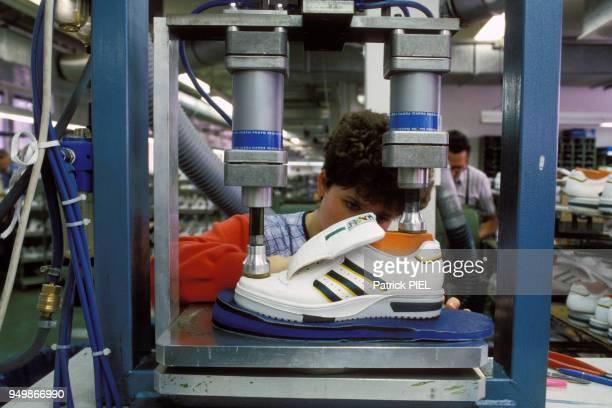 """Usine de fabrication des baskets """"Adidas"""" le 10 mars 1988 à Herzogenaurach en Bavière, République fédérale d'Allemagne."""