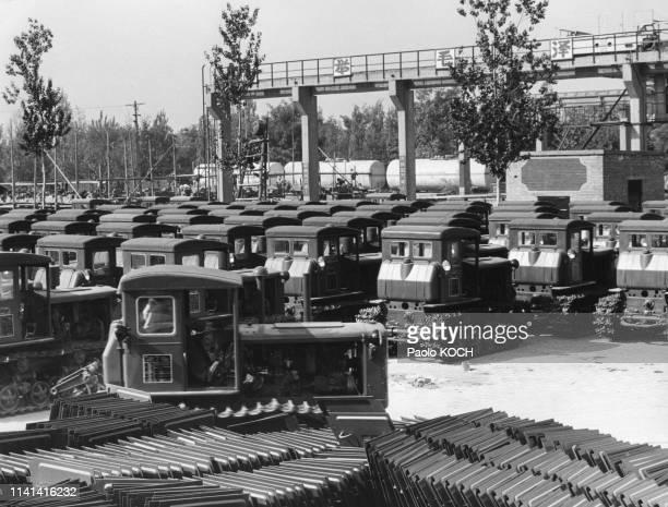 Usine de tracteurs à chenilles à Luoyang, en 1966, Chine.