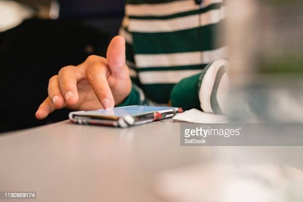 スマートフォンを使用する - スクロール ストックフォトと画像
