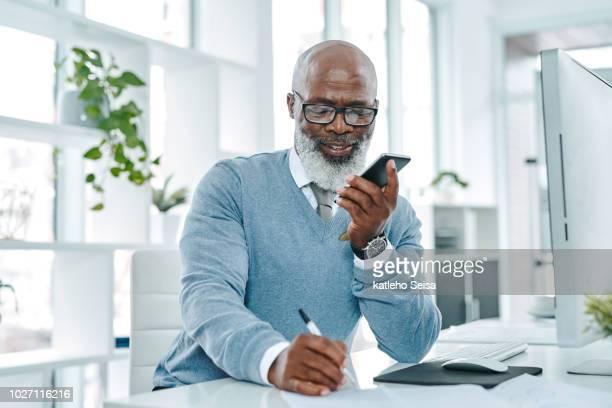 usando um aplicativo para converter suas notas em texto - só um homem idoso - fotografias e filmes do acervo