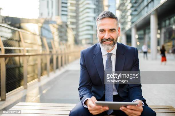 met behulp van digitale tablet. - 50 59 jaar stockfoto's en -beelden