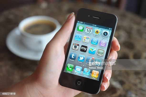 Utilisant un iPhone dans un coffee shop
