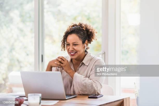 usando fones de ouvido laptop e bluetooth, vídeos de mulheres de casa - using laptop - fotografias e filmes do acervo
